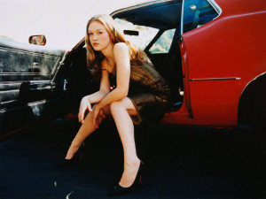 Julia-Stiles-car