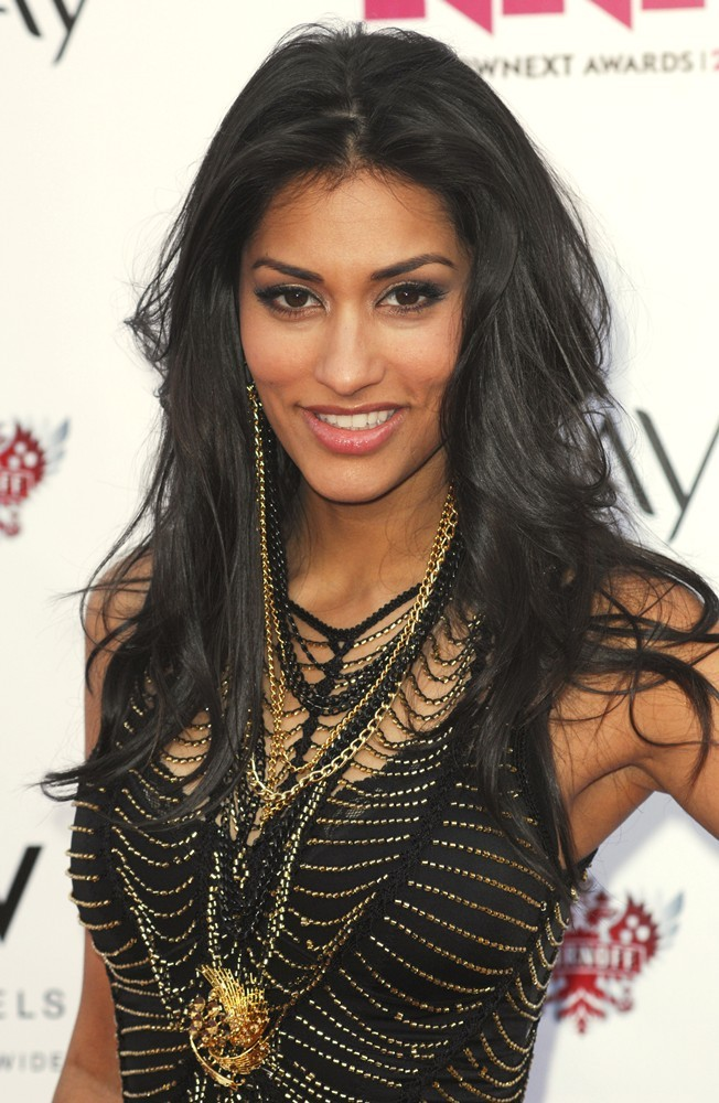 janina-gavankar-black dress